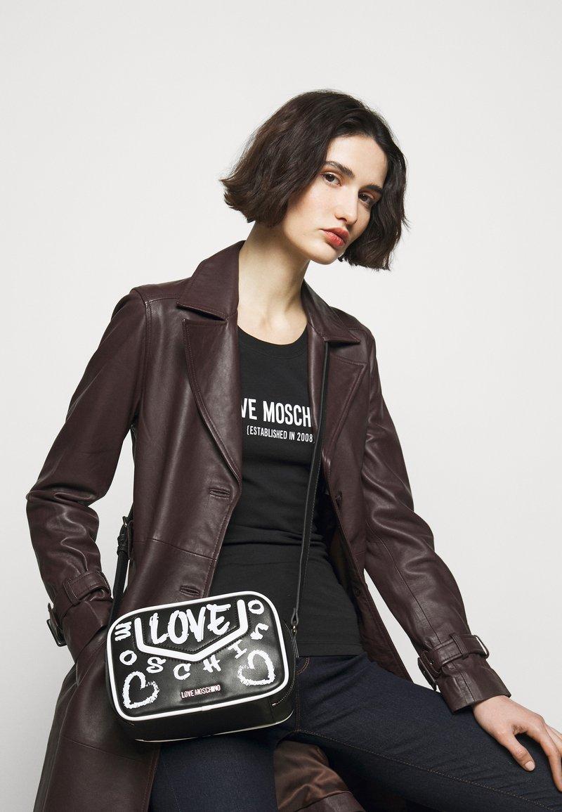 Love Moschino - TOP HANDLE GRAFFITI CROSS BODY - Across body bag - fantasy color