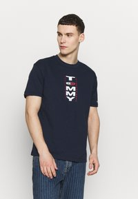 Tommy Jeans - VERTICAL BACK LOGO TEE - Print T-shirt - twilight navy - 0