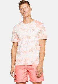 Colours & Sons - Print T-shirt - lachs - 0