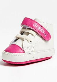 Guess - FLYNNA MIT KLETTVERSCHLUSS - Baby shoes - white - 2