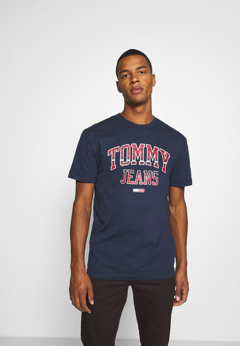Tommy Jeans - PLAID COLLEGIATE  - T-shirts print - twilight navy