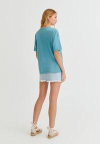 PULL&BEAR - Print T-shirt - stone blue denim - 2