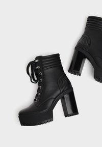 Bershka - MIT ABSATZ UND STEPPMUSTER  - Kotníková obuv na vysokém podpatku - black - 4