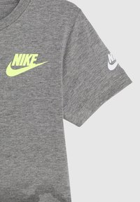 Nike Sportswear - TEXTURED CAMO MIDWAY TEE - Print T-shirt - carbon heather - 3