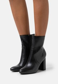 Miss Selfridge - BAMBOO SHAFT BOOT - Botki na obcasie - black - 0