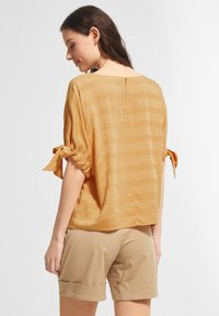 comma casual identity - MIT TUNNELZUG-DETAILS - Blouse - apricot woven stripes - 2
