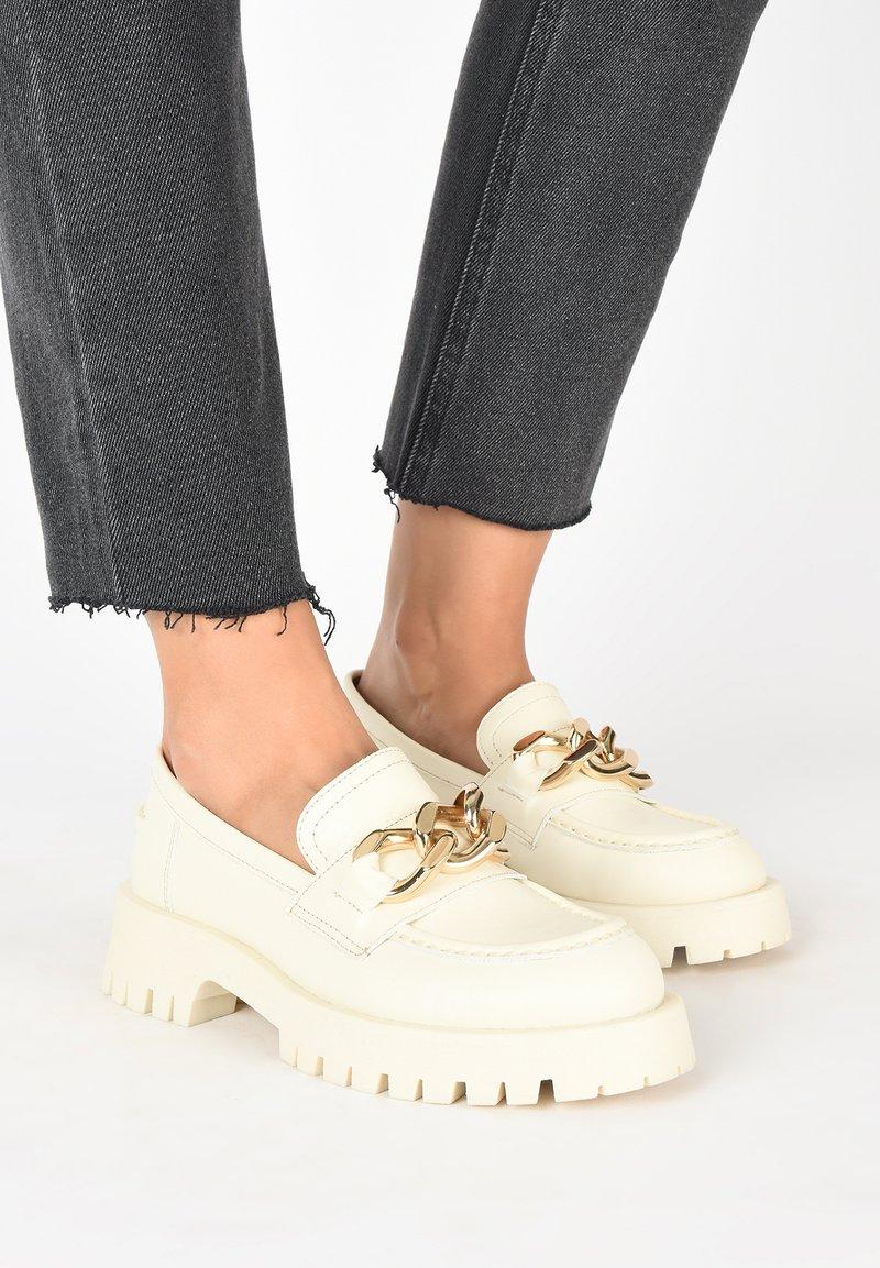 Inuovo - Scarpe senza lacci - beige