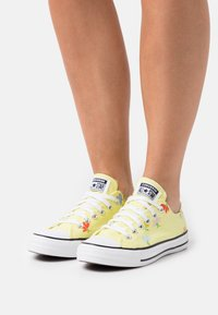 Converse - CHUCK TAYLOR ALL STAR GARDEN PARTY PRINT - Trainers - light zitron/black/white - 0
