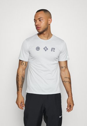RUN  - Print T-shirt - grey fog/midnight navy
