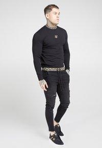 SIKSILK - LONG SLEEVE CHAIN TAPE COLLAR GYM TEE - Bluzka z długim rękawem - black - 1