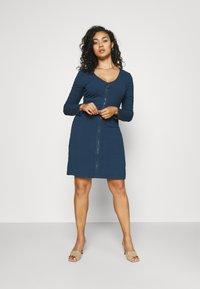 Glamorous Curve - ZIP THROUGH LONG SLEEVE DRESS - Pletené šaty - navy - 0