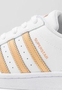 adidas Originals - SUPERSTAR - Tenisky - footwear wihte/copper metallic/core black - 2
