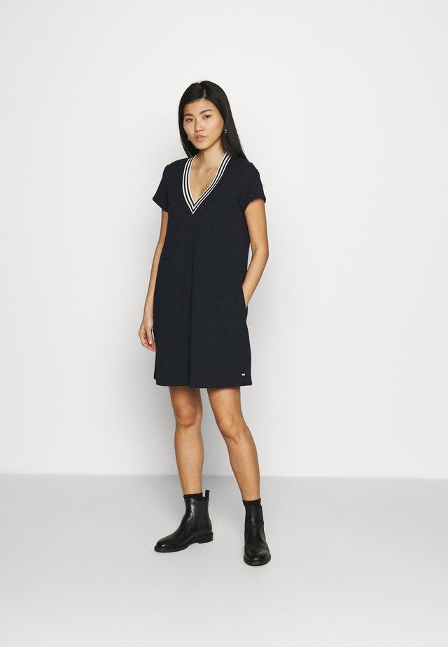 TEXTURED SHIFT SHORT DRESS - Žerzejové šaty - desert sky