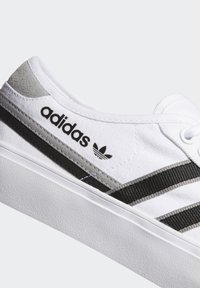 adidas Originals - DELPALA SHOES - Baskets basses - white - 7
