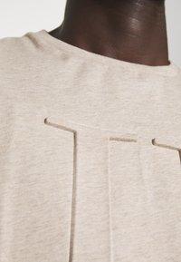 Les Deux - EMBOSSED ENCORE  - Basic T-shirt - light brown melange - 6