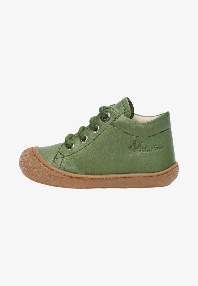 COCOON - Chaussures premiers pas - grün
