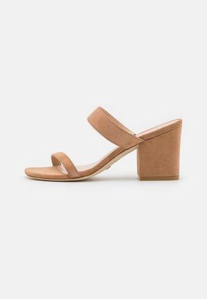 OLIVE - Pantofle na podpatku - tan