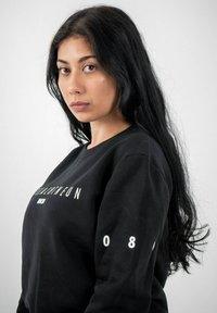 PLUSVIERNEUN - MÜNCHEN - Sweatshirt - black - 6