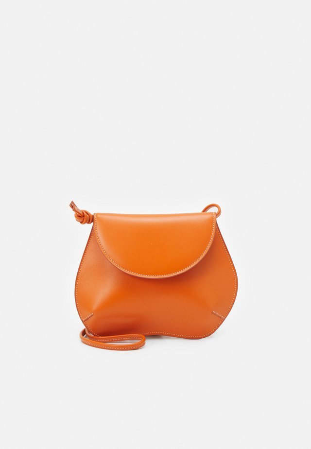 PEBBLE MINI BAG - Taška s příčným popruhem - orange