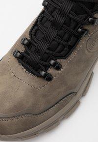 Colmar Originals - COOPER RACER - Sneakers hoog - mud/black/yellow - 5