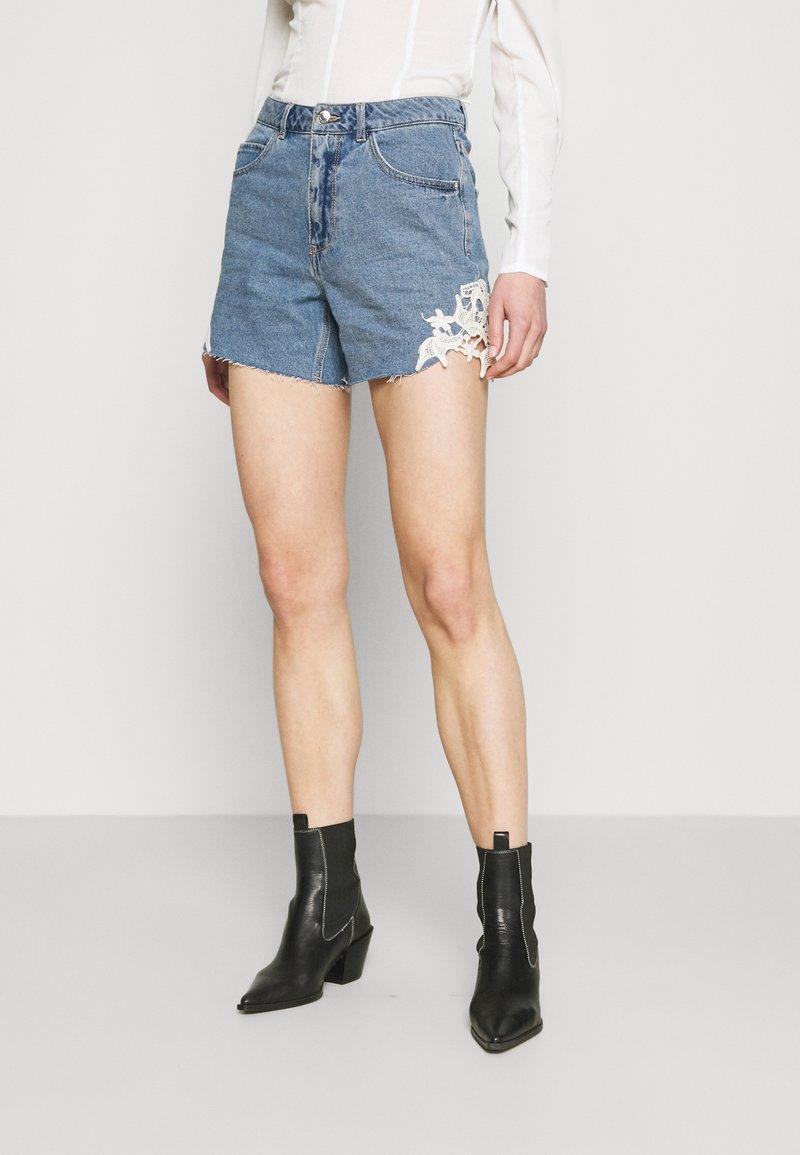 Vero Moda - VMNINETEEN CROCHET - Shorts di jeans - light blue denim