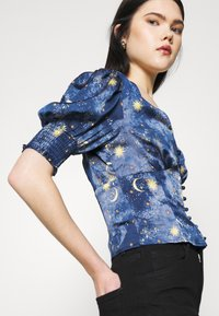 Never Fully Dressed - MOON AND STARS SHORTSLEEVE LINDOS - Blůza - navy multi - 3