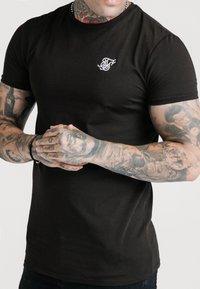 SIKSILK - SHORT SLEEVE GYM - T-shirt basic - jet black - 4