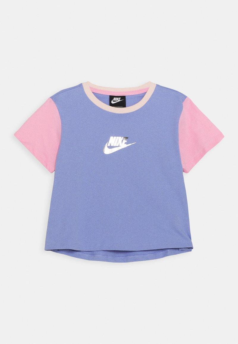 Nike Sportswear - CROP - Triko spotiskem - light thistle/pink/orange pearl
