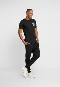 Pier One - T-shirt con stampa - black - 1