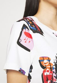 Desigual - Designed by Mr. Christian Lacroix - T-shirts med print - white - 3