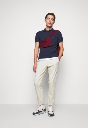 SLIM FIT MODEL - Polo - spring navy heath