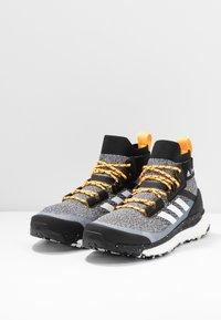 adidas Performance - TERREX FREE PARLEY - Vaelluskengät - core black/footwear white/solar gold - 2