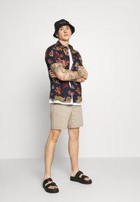 Carhartt WIP - NEWEL MAITLAND - Denim shorts - blue/sand bleached - 1