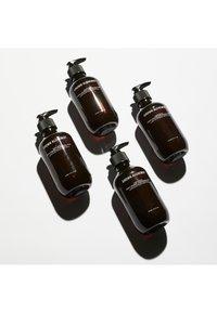 Grown Alchemist - HAND WASH SWEET ORANGE, CEDARWOOD & SAGE - Liquid soap - - - 2
