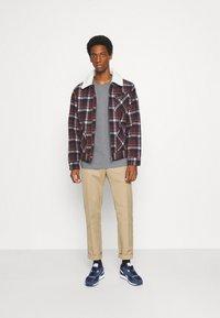 Selected Homme - SLHLOOSEGILMAN O NECK TEE - Basic T-shirt - medium grey melange - 1