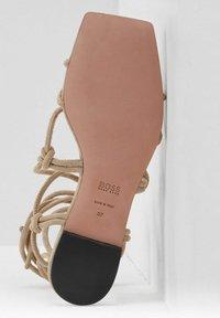 BOSS - Sandalen - beige - 3