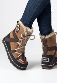 Sorel - GLACY EXPLORER SHORTIE - Zimní obuv - light brown - 0