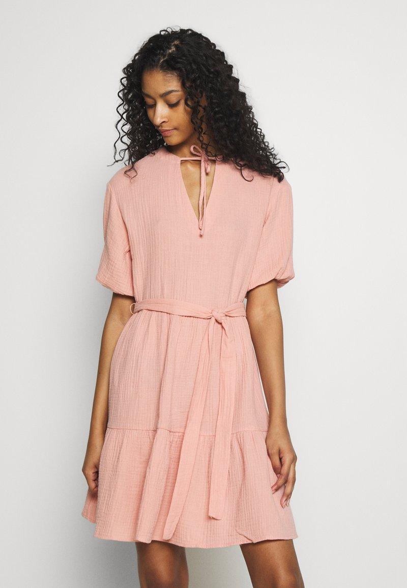 NA-KD - VNECK SHORT SLEEVE DRESS - Day dress - dusty pink