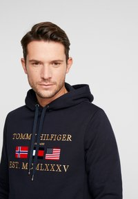 Tommy Hilfiger - MULTI FLAG - Hoodie - blue - 3