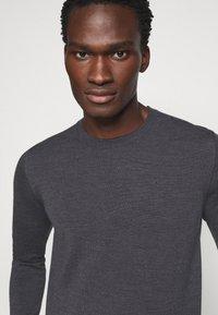J.LINDEBERG - LYLE CREW NECK - Stickad tröja - dark grey melange - 6