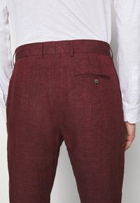 Frescobol Carioca - FORMAL TAILORED TROUSERS - Pantalon de costume - dark red - 6