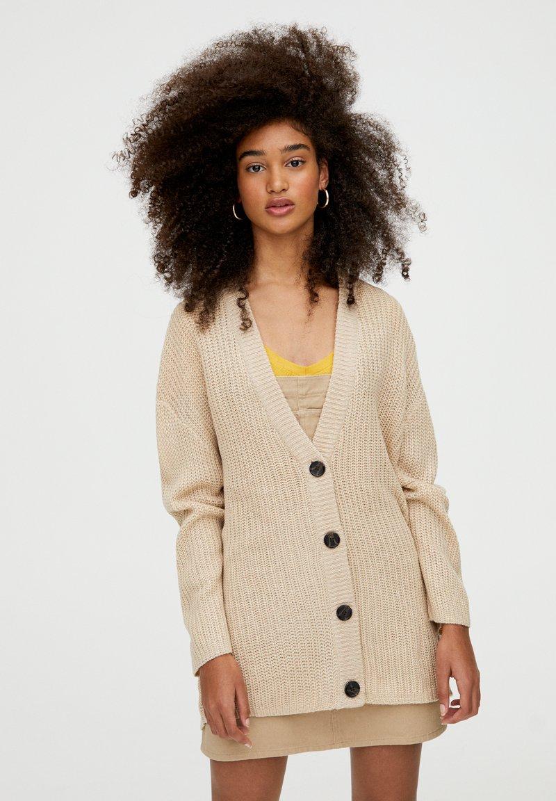 PULL&BEAR - MIT KNOPFLEISTE - Vest - beige
