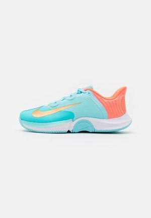 COURT AIR ZOOM TURBO - Zapatillas de tenis para todas las superficies - copa/metallic gold/bright mango/white