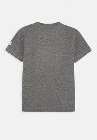 Nike Sportswear - FAUX FUTURA PATCH TEE - Print T-shirt - carbon heather - 1