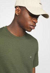 Calvin Klein - LOGO - Basic T-shirt - green - 4