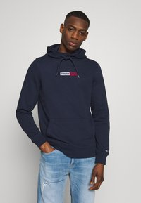 Tommy Jeans - TJM EMBROIDERED BOX HOODIE - Mikina skapucí - twilight navy - 0