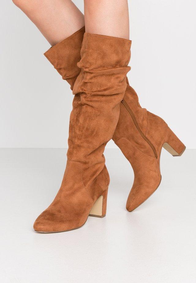 Høje støvler/ Støvler - nutt