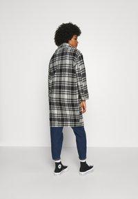 ONLY - ONLDAJANA CHECK COAT - Abrigo clásico - black/white - 2