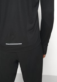 Nike Performance - PACER CREW  - Camiseta de deporte - black/particle grey/silver - 5