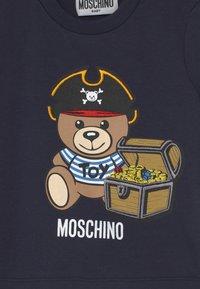 MOSCHINO - Print T-shirt - blue navy - 2